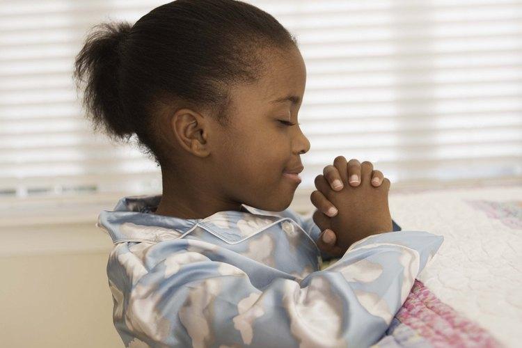 Los niños católicos pueden desarrollar su espiritualidad y pedir orientación y protección a través de las oraciones de buenas noches.