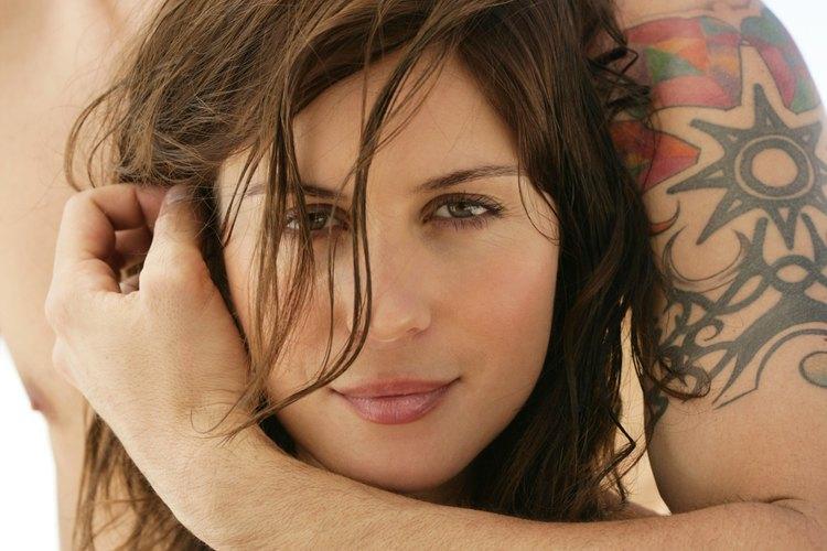 Otra opción es dibujar tatuajes por todas partes en tus brazos con un rotulador negro.
