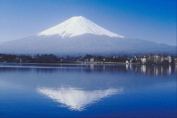El monte Fuji descansa en el Parque Nacional Fuji-Hakone-Izu, con lagos e islas cercanas para explorar.