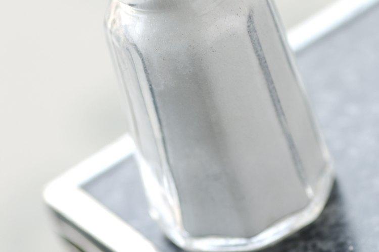 Las resistentes manchas de leche quemada responden a la abrasión de la sal.