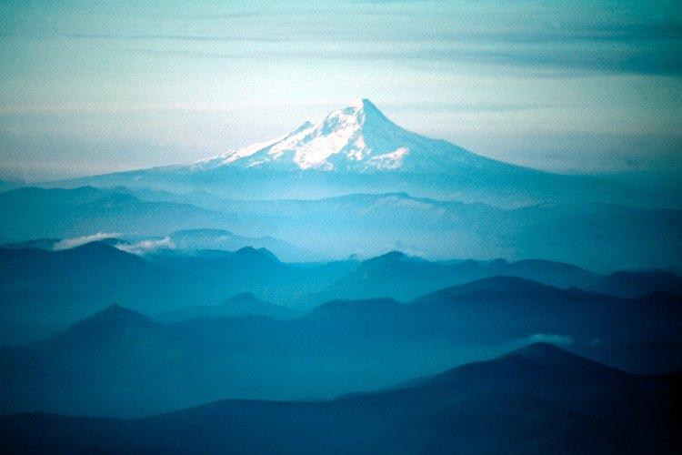 El drásticamente diseccionado, y exuberantemente arbolado Western Cascades costea las High Cascades en Oregon.