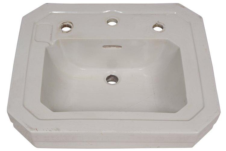 Si tu lavabo tiene alguno de estos problemas y si estos daños son superficiales, puedes repararlos con piedra pómez o bicarbonato.