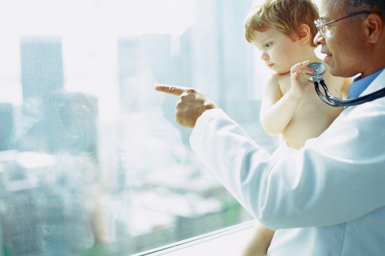 Un cirujano pediátrico está capacitado en procedimientos quirúrgicos en pacientes jóvenes.