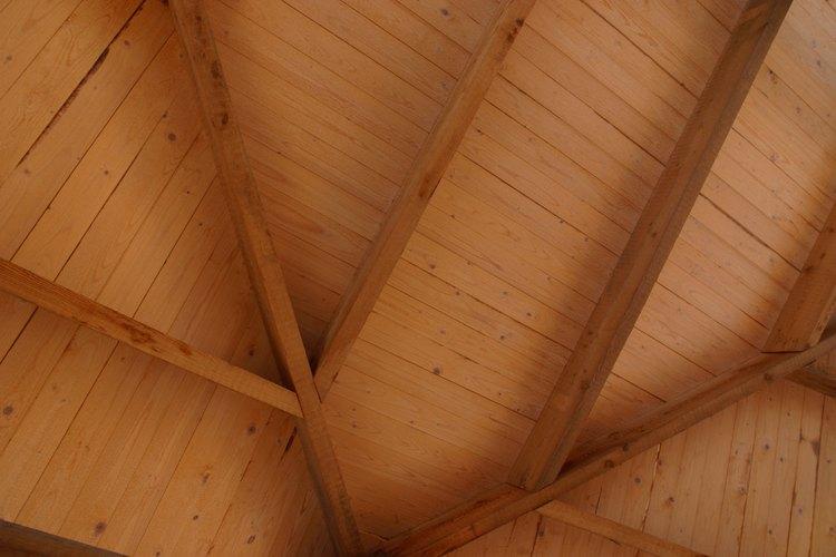 Crea un ecléctico techo de madera con paneles contrachapados y tiras decorativas con molduras.
