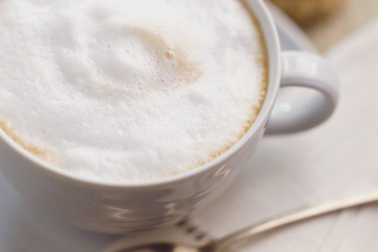 La espuma de la leche puede usarse también para decorar bebidas de café.