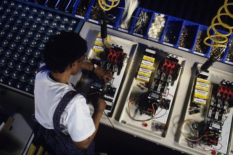 Los técnicos de sistemas electrónicos ganan su salario instalando y reparando muchos tipos de sistemas.
