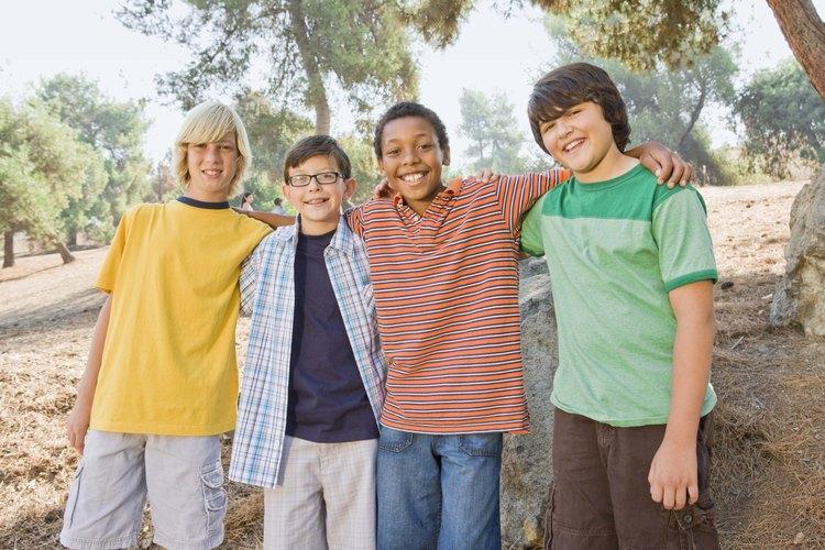 Los niños pre-adolescentes forman fuertes lazos de amistad entre sí y además suelen ser leales a su grupo de iguales.