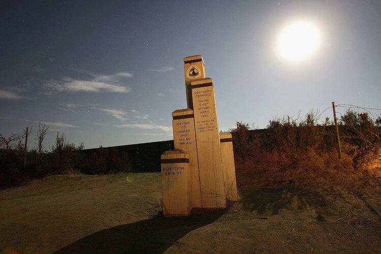 Un hito en Campo es el comienzo del Pacific Crest Trail.