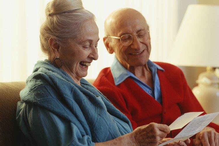 Pareja de ancianos leyendo una vieja carta de viaje