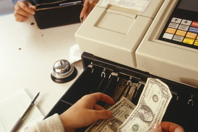 Al final de la comida, la responsabilidad principal del cajero es procesar los pagos.