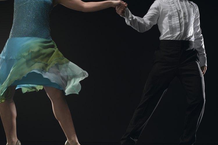 El baile consta de pasos pequeños, giros e inclinaciones.