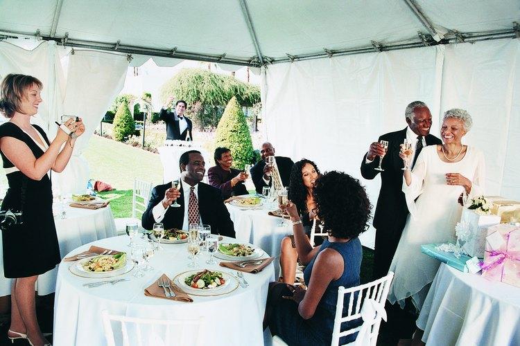 Las mesas de recepciones lucen elegantes con una caída completa.