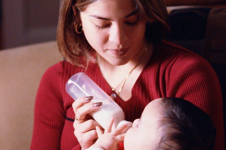Puedes amamantar a tu bebé de día y darle el biberón de noche.