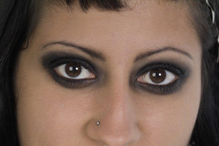 Delinear demasiado tus ojos puede hacer que parezca que tu delineador se ha corrido.