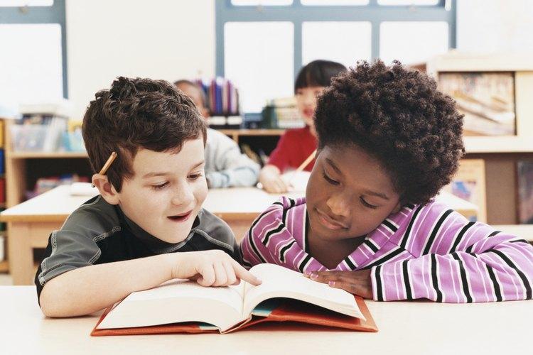 Los niños pueden trabajar juntos para identificar las letras mayúsculas.