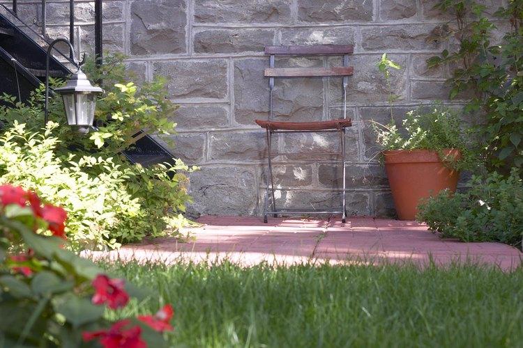 Las plantas y muebles pueden decorar un patio.