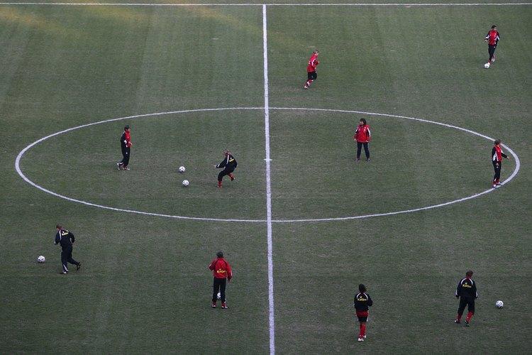 Un círculo central con un radio de 10 yardas (9, 1 metros) se encuentra en el centro del campo.