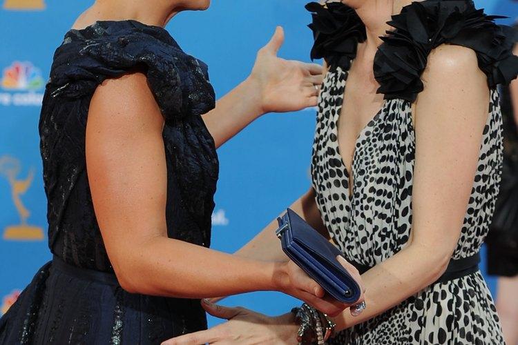 Kristen Wiig (a la derecha) es un buen ejemplo de cómo la postura puede afectar la apariencia del mentón.
