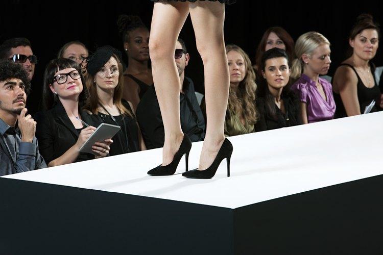Ponte zapatos que combinen con tu vestido de fiesta de casino.