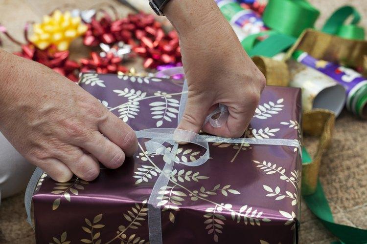 Envíale un regalo a tu hombre para hacerle saber que está en tu mente.