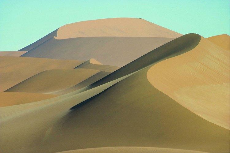 Los desiertos cálidos carecen de humedad permitiendo que los rayos de sol penetrar la atmósfera.