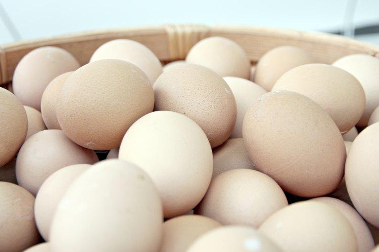Si bien puedes comer huevos crudos cuando estás amamantando, siempre es mejor cocinarlos.