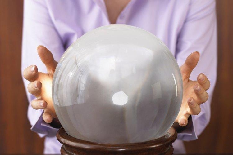 Los Psíquicos a menudo usan herramientas, como bolas de cristal para mejorar su percepción extrasensorial.