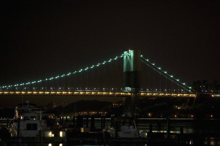 Da un paseo romántico a través del puente de Brooklyn.