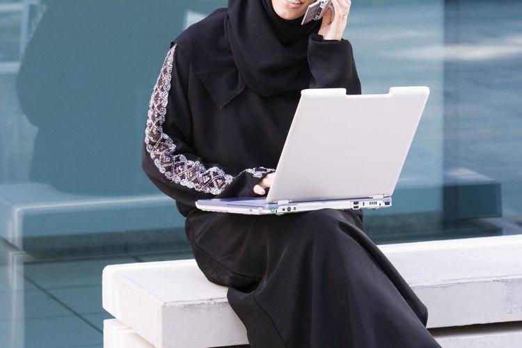 Mujer árabe utilizando una laptop.
