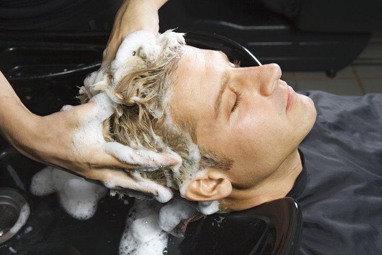 Rizar el cabello de hombre no es tan difícil.