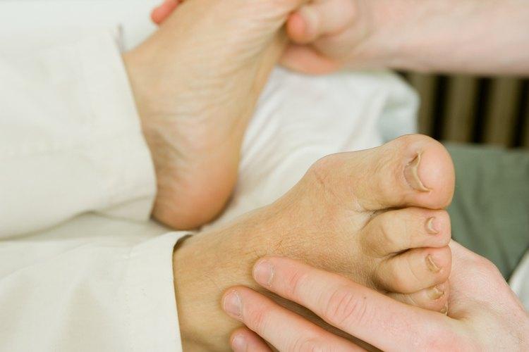 Aprende a dar un relajante masaje de pies a tu pareja.