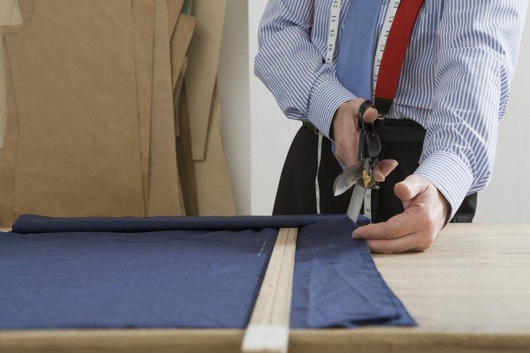 Coloca la tela de la cortina sobre la mesa de trabajo, al costado derecho contra la mesa, un borde lateral de la cortina hacia ti, la parte superior de la cortina a tu izquierda, el fondo a tu derecha.