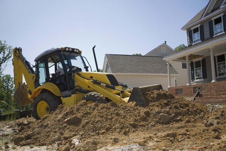 El uso más común para una excavadora es mover grandes cantidades de tierra y el suelo.