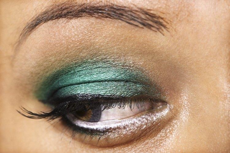 Mezcla tu propia sombra de ojos en crema para crear colores intensos.