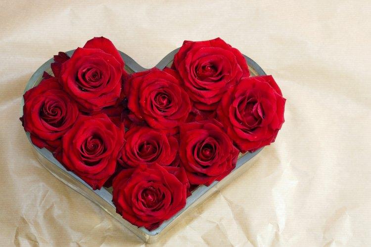 Puedes usar rosas para crear decoraciones de aniversario caseras.