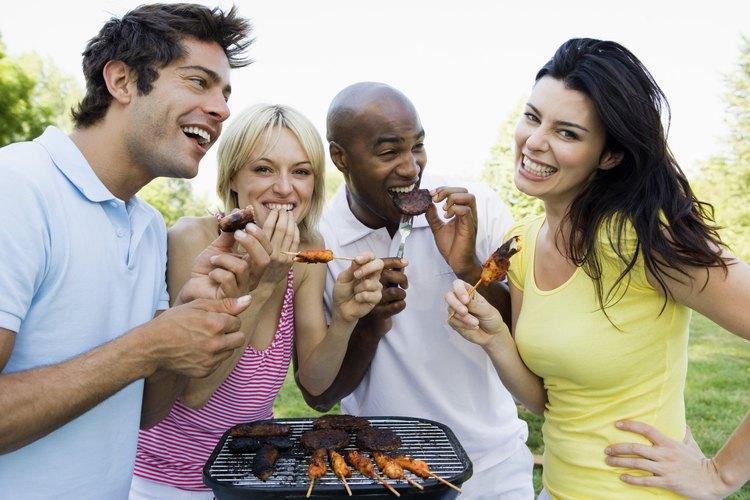 Una parrilla limpia puede ayudar a prevenir que los pinchos de pollo se peguen mientras se cocinan.