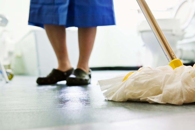 Repara y limpia el piso de tu cuarto de baño.