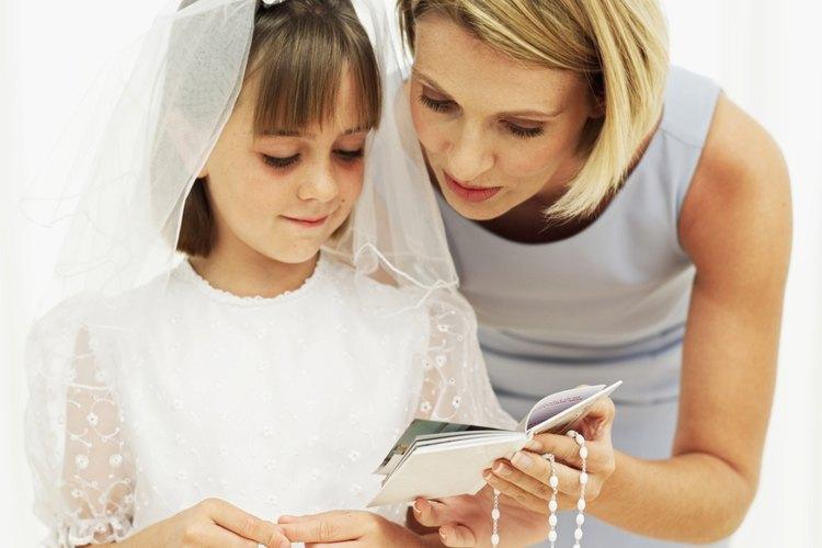 Tradicionalmente, los niños reciben un rosario cuando toman la primera comunión, que es el sacramento católico de la Eucaristía.