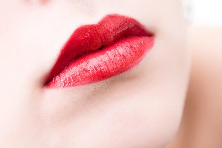 Puedes tener labios suaves y temporalmente llenos sin cirugías usando aceite de canela.