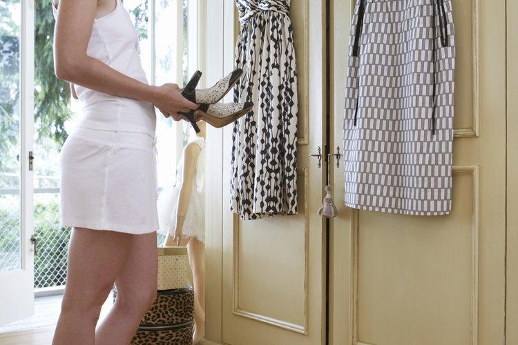 Combinar los accesorios adecuados con un vestido blanco y negro puede crear el atuendo perfecto.