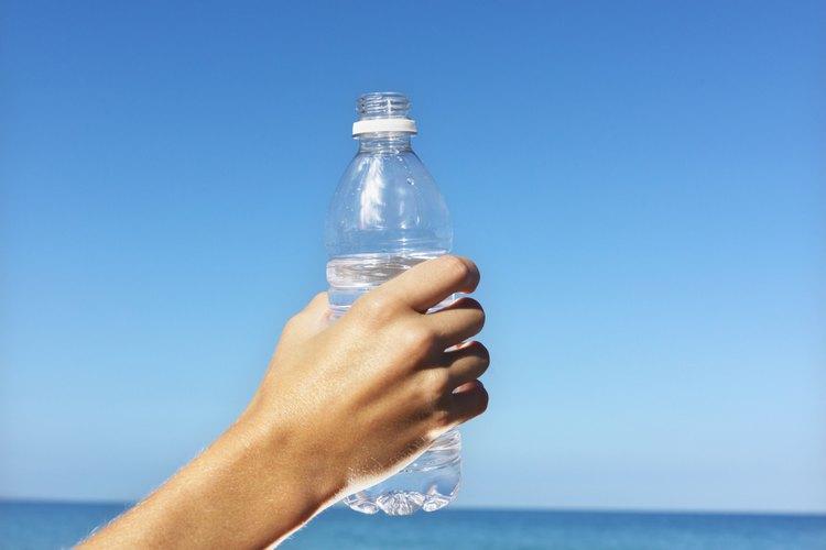 Corta la parte inferior de una botella de plástico.