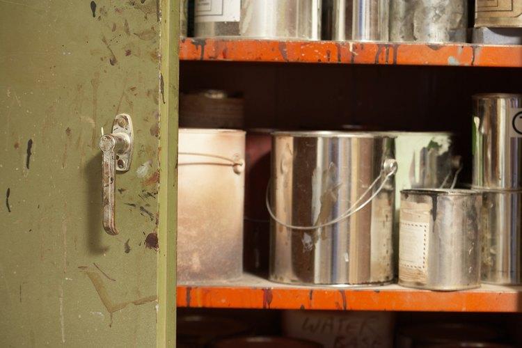Solo utiliza la cantidad suficiente de disolvente de pintura para el trabajo para evitar el almacenamiento de productos altamente inflamables.
