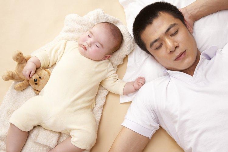 Cómo vestir a un bebé para la hora de dormir.