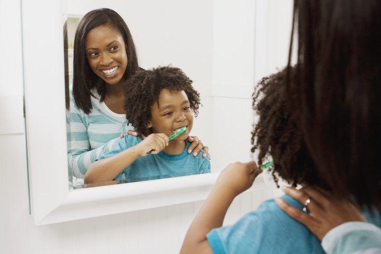 Cómo poner molduras alrededor del espejo del baño.