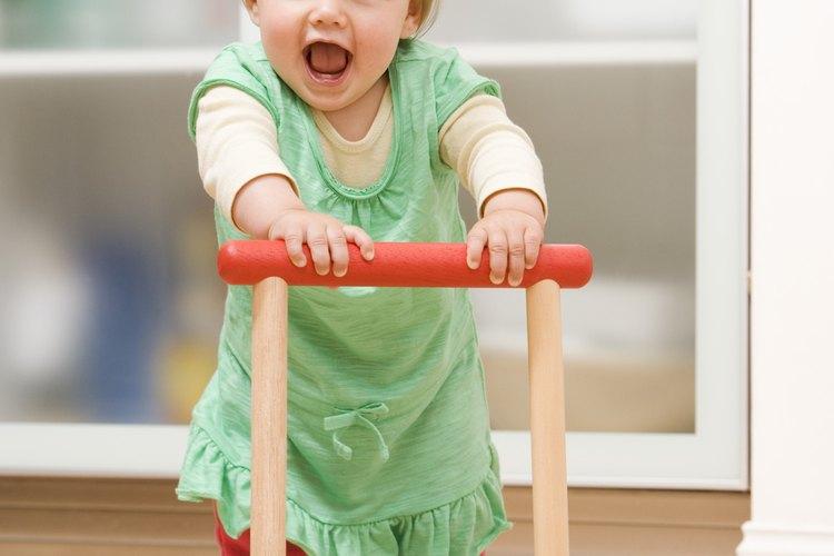 Los juguetes para empujar ayudan a fortalecer los músculos de las piernas y mejorar la coordinación.