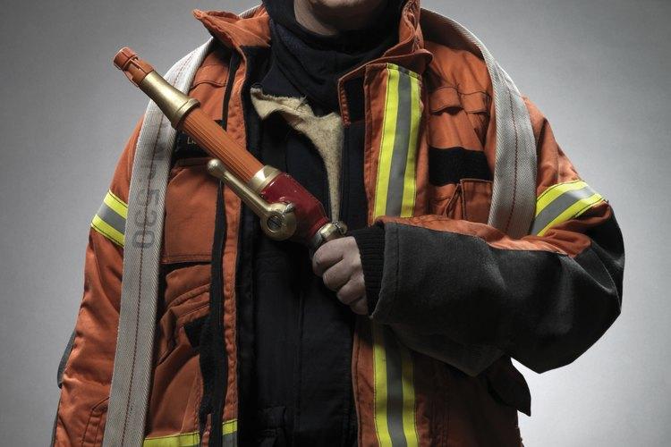 Los bomberos son muy cuidadosos con sus mangueras.