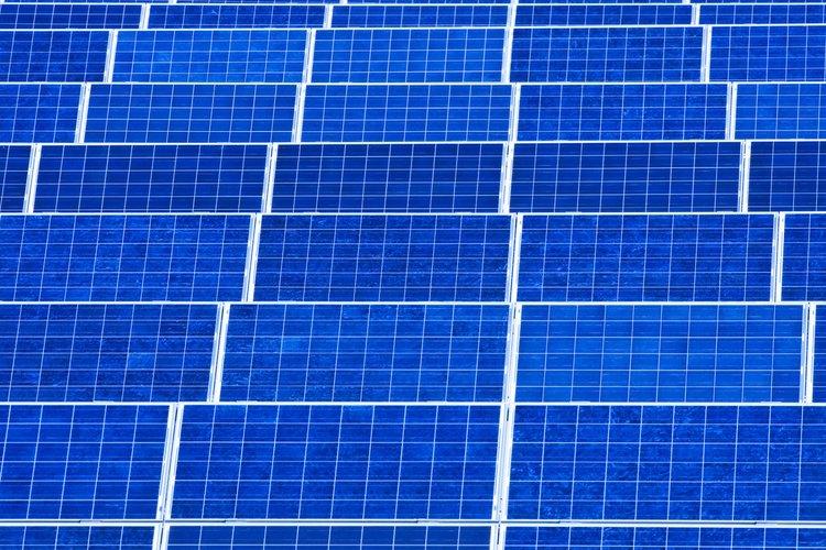 Los paneles solares pueden hacer funcionar bombas eléctricas de agua.