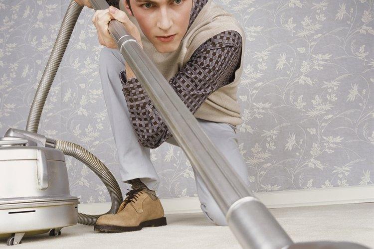 Pasa la aspiradora sobre el área antes de continuar con el proceso de limpieza.