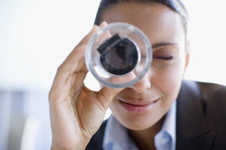 Mujer mirando a través de un vidrio de aumento.