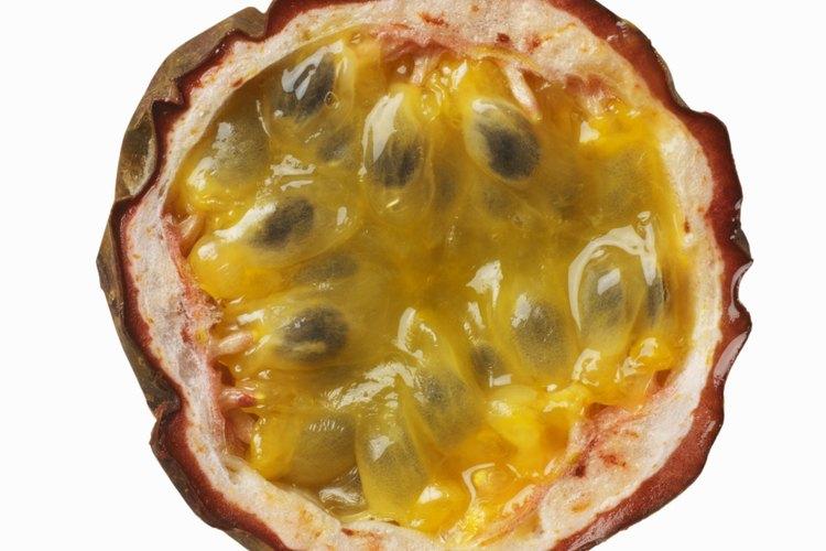 La dura cáscara del maracuyá oculta una deliciosa mezcla dulce de pulpa y semillas.
